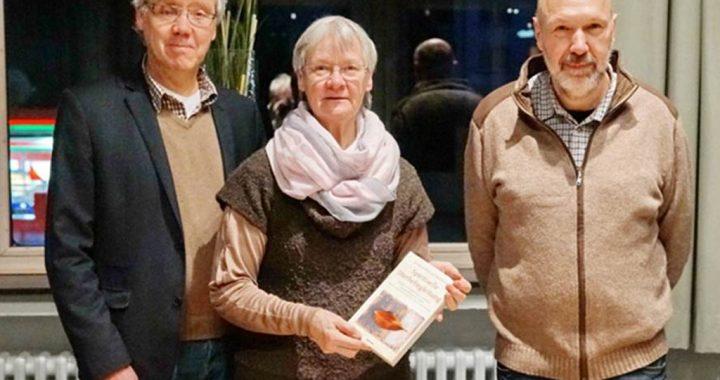Foto: Gastgeber Henning Disselhoff und die Autoren Rüdiger und Gerda Maschwitz stellen ihr Buch vor.